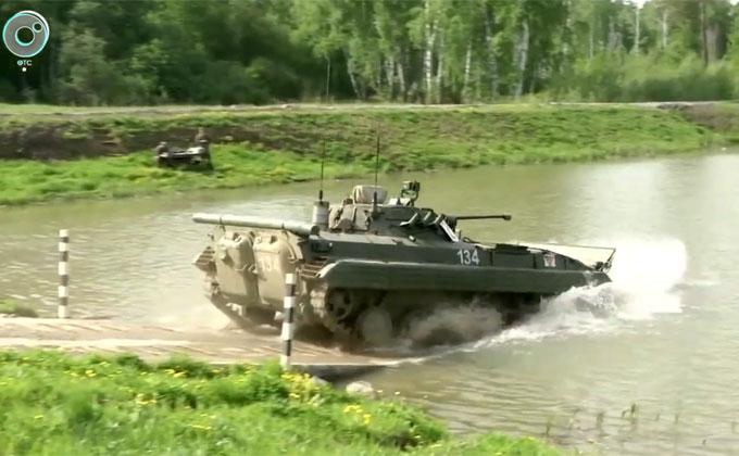 Вплавь форсируют озера разведчики под Новосибирском