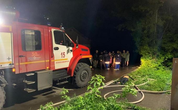 Две женщины и мужчина погибли в ночном пожаре на улице Фасадная в Новосибирске