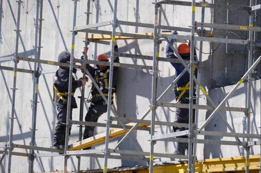 Строители новой ледовой арены не снижают темпы работ в период майских праздников