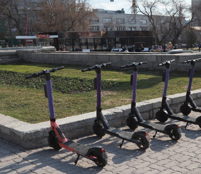 Сбил с ног женщину лихач на электросамокате в парке Новосибирска