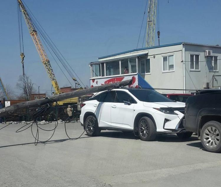 «Аж зубы сжало»: столб упал на элитный автомобиль во Владивостоке