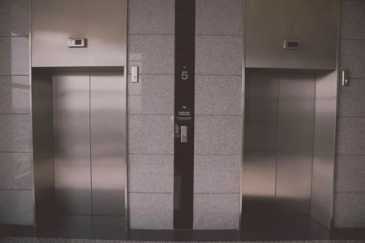 «Куда мир катится?»: поступок пары в лифте возмутил приморцев
