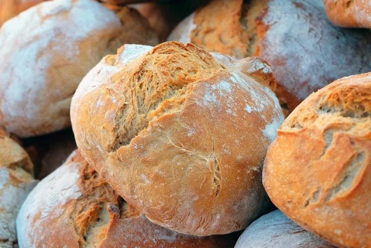 «Сюрприз»: приморец нашел в хлебе кусок железа