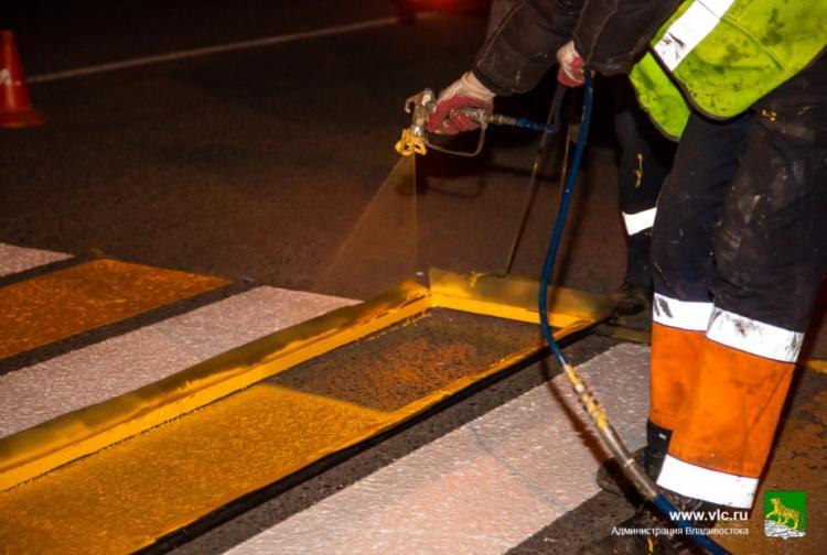Дорожная служба Владивостока продолжает обновлять разметку