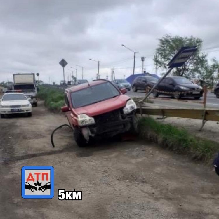 В Приморье водитель потерял сознание и въехал в автобусную остановку