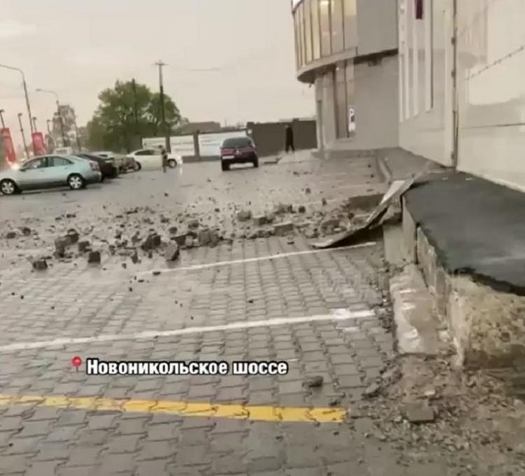 Нас ослепило, все перепугались: в Приморье в здание ТЦ ударила молния
