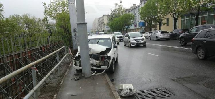 Стало плохо: автомобиль въехал в опору уличного освещения во Владивостоке