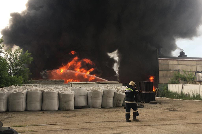 Столб черного дыма поднялся над Новосибирском утром 19 июня