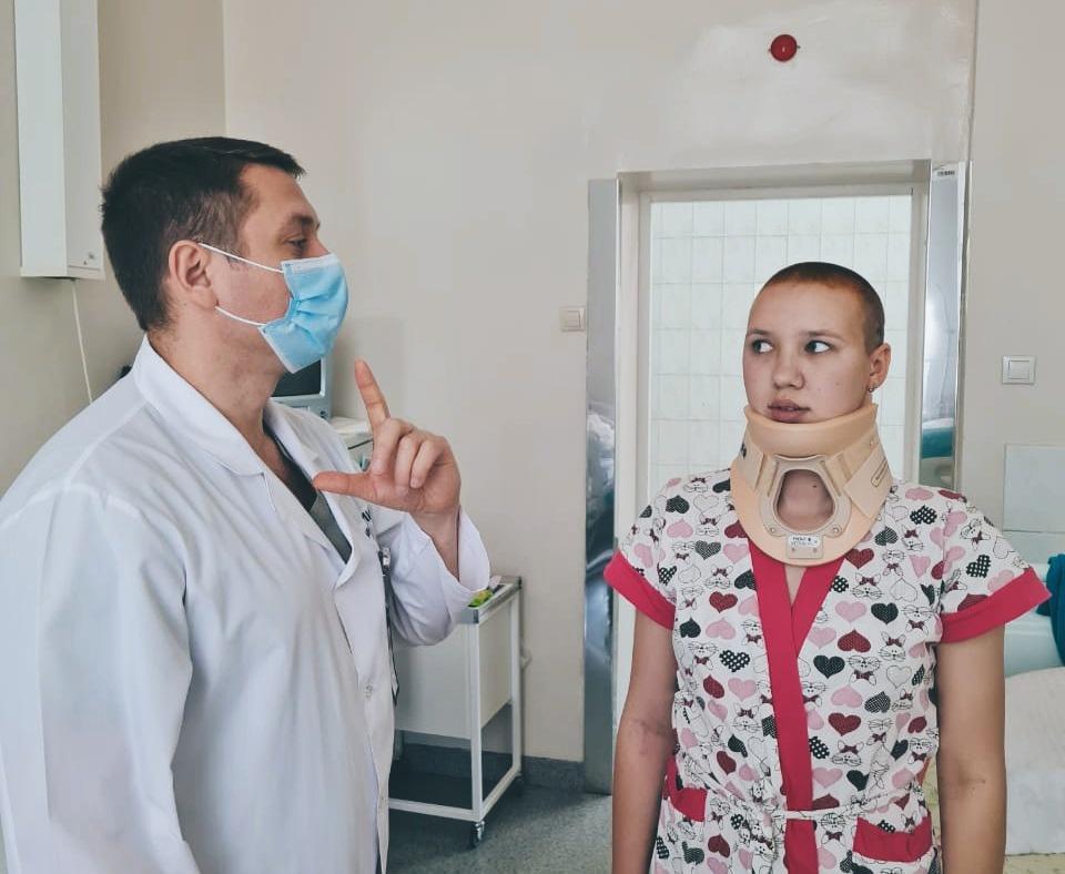 От резких болей и инвалидности спасли девушку новосибирские хирурги