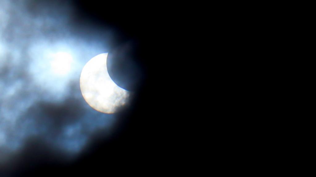Затмение солнца над Новосибирском увидели не все горожане