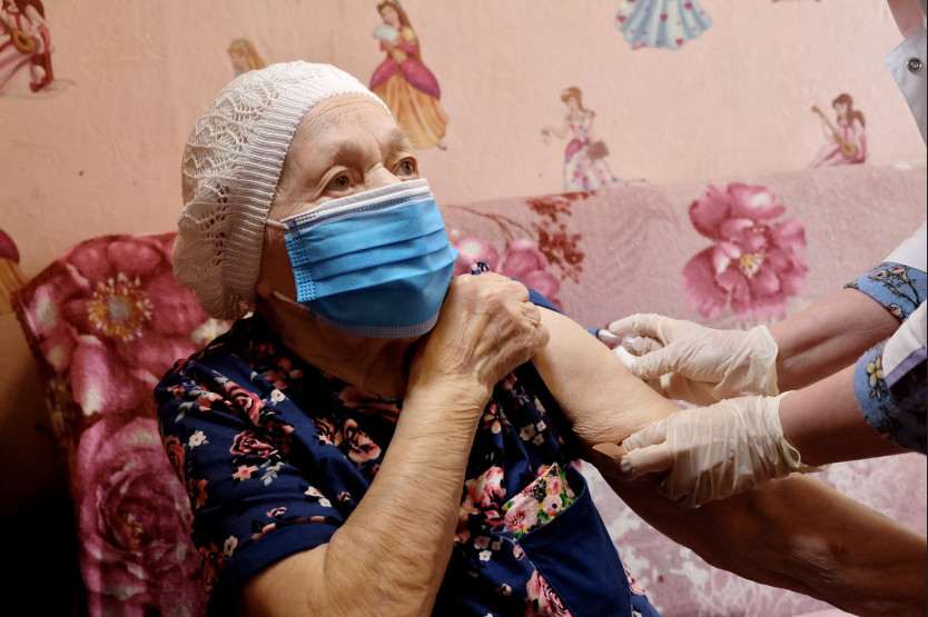 Прививку от COVID-19 сделала 102-летняя жительница Новосибирска