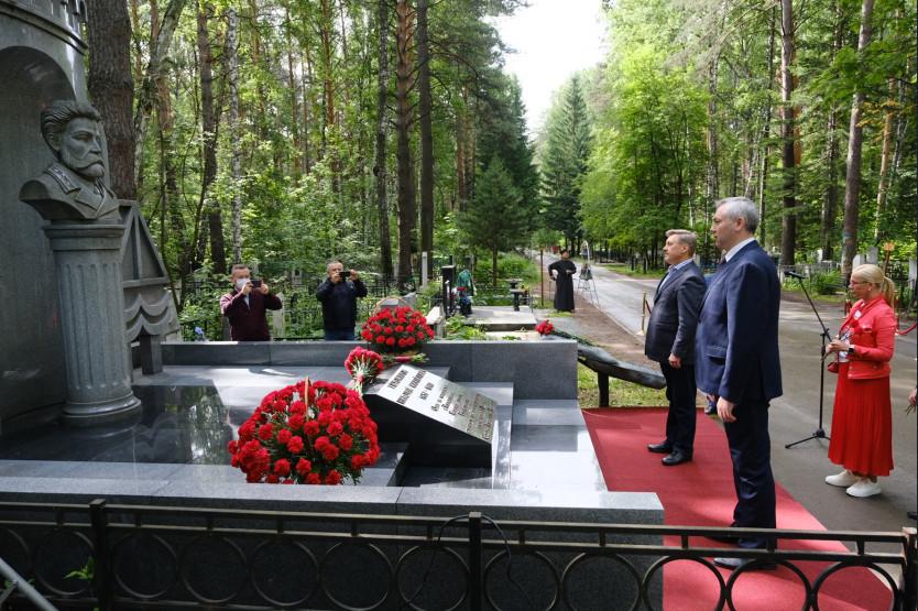 Андрей Травников возложил цветы к памятнику основателю Новосибирска в День города