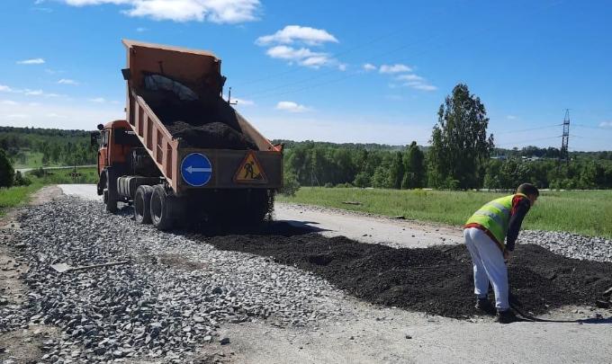 Убитую дорогу в Витаминку начали восстанавливать рабочие