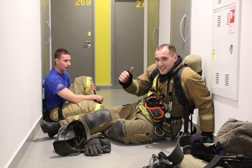 Новосибирские пожарные взбежали на 26 этаж по лестнице на скорость