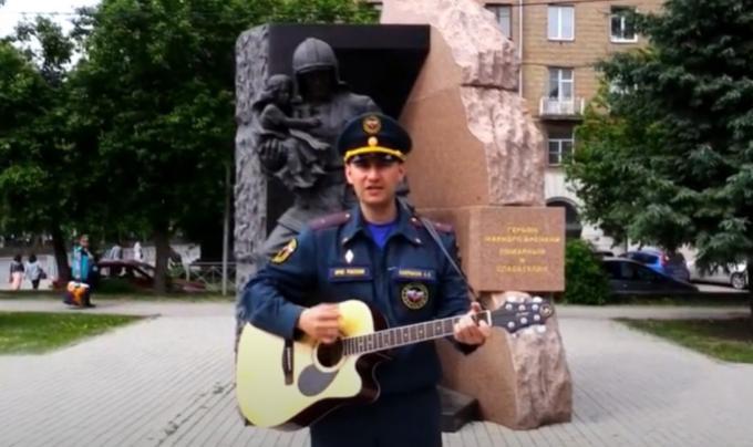 Талантливый спасатель из Новосибирска выпустил клип про пожарную охрану