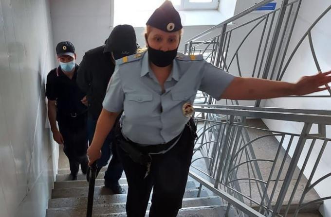 Полицейского, случайно выстрелившего в задержанного в Мошково, освободили из-под стражи