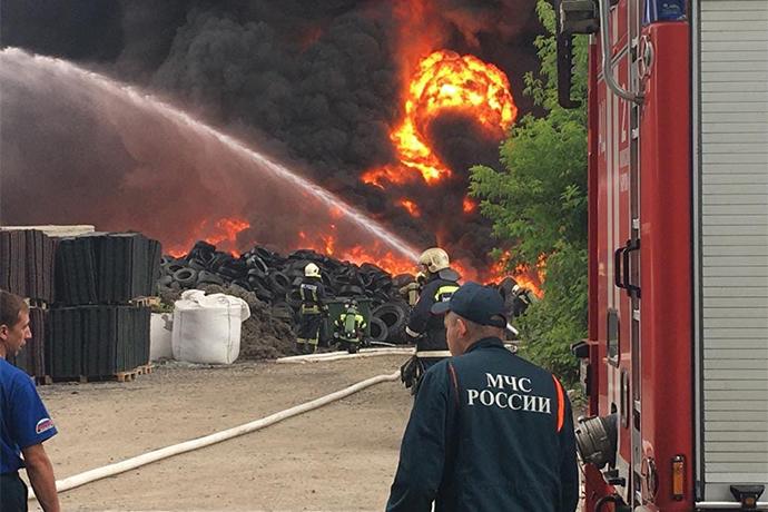 Последствия возгорания покрышек на Станционной устраняют спасатели