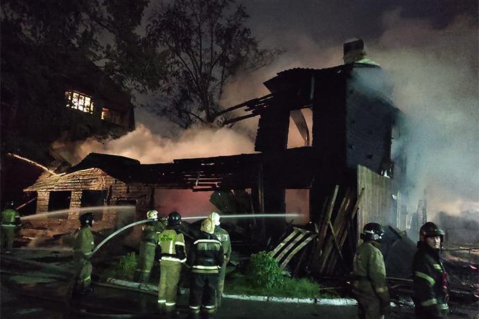 Десятки человек эвакуировались среди ночи из-за пожара в Октябрьском районе