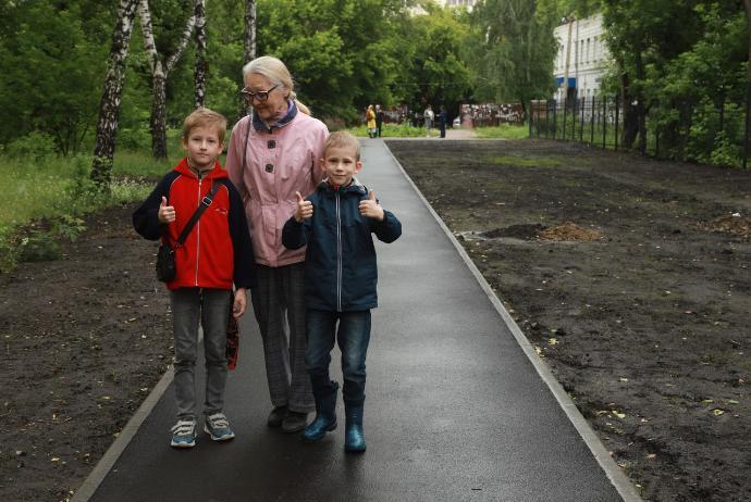 Тротуар на месте зарослей со шприцами появился в Кировском районе