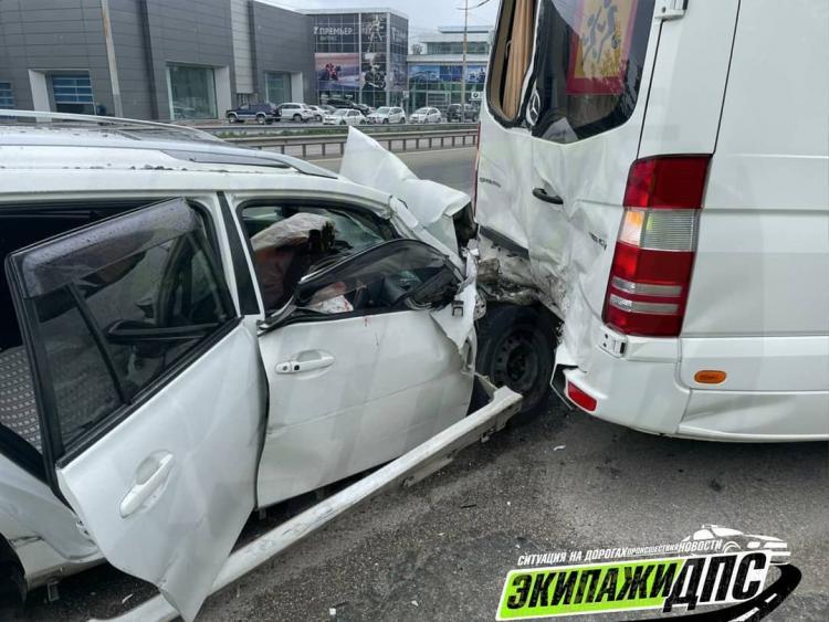 Ждал детишек: во Владивостоке произошло ДТП с пассажирским микроавтобусом