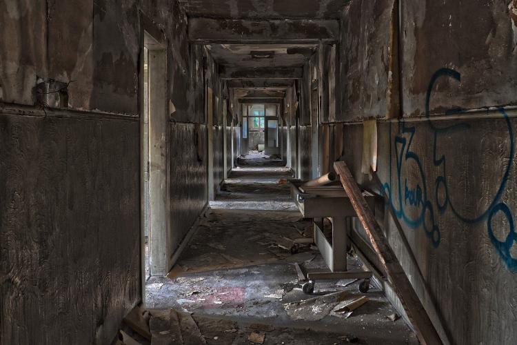 Появилось видео из заброшенного здания Владивостока, где погиб ребенок
