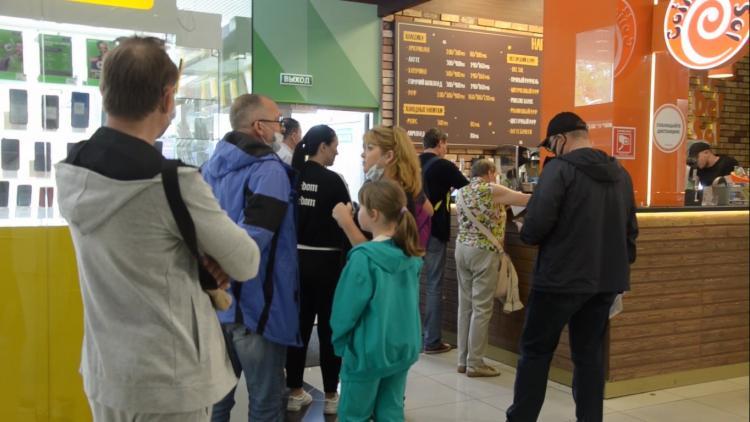 Не хотим болеть: жители Владивостока стоят в очереди на прививку от COVID