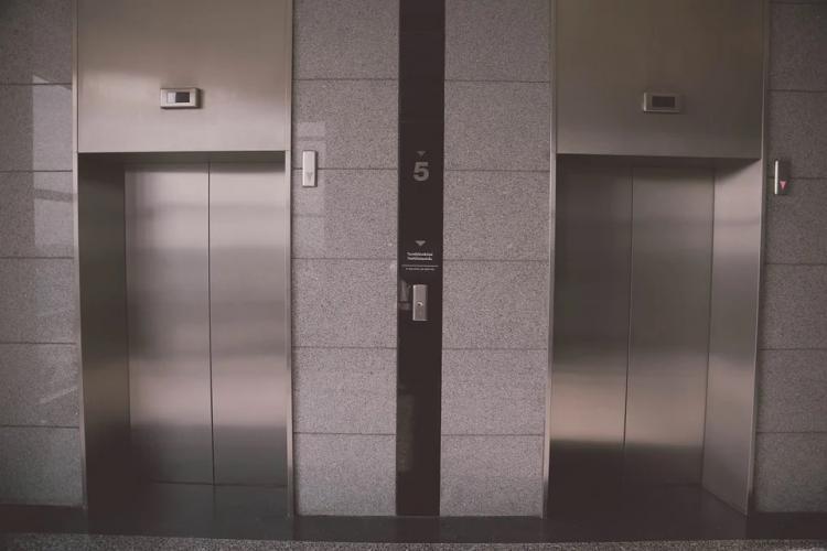 Во Владивостоке «управляйка» незаконно оставила жильцов без лифта