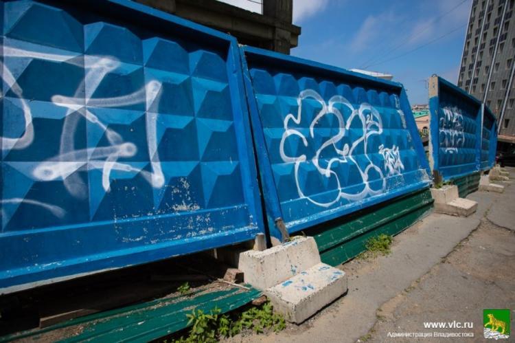 Аварийный забор на улице Тигровой демонтируют