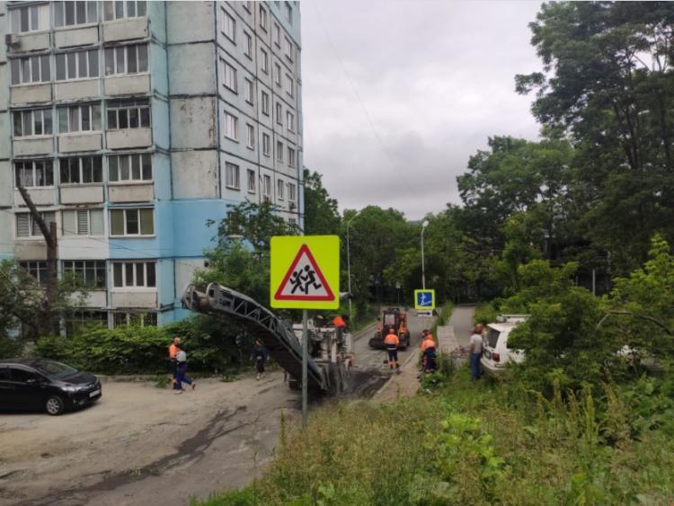 На двух съездах во дворы с проспекта Красного Знамени меняют асфальт