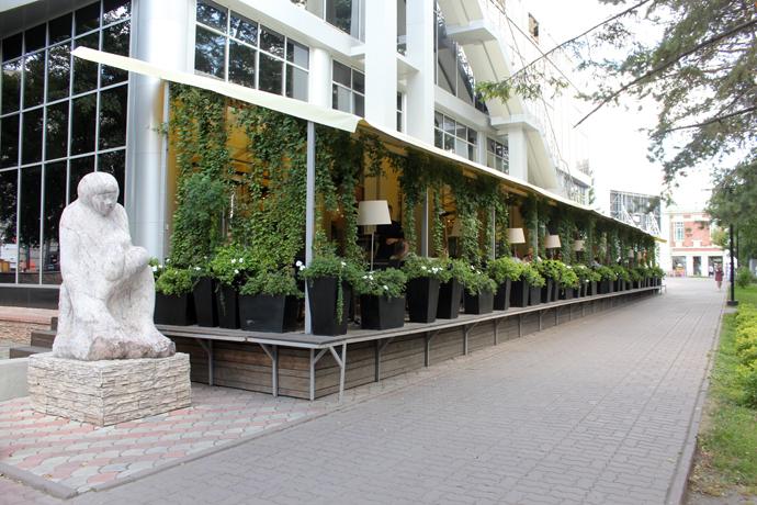 Двухэтажное здание с «Парк-кафе» и «Перчини» сносят в Первомайском сквере