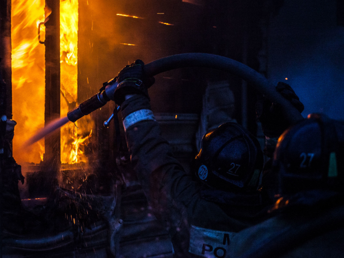Причину ночного пожара в жилом доме, в котором погиб мужчина устанавливает Следственный комитет в Новосибирске