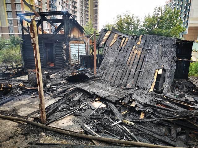 Пожар: двухэтажный дом загорелся в Октябрьском районе Новосибирска