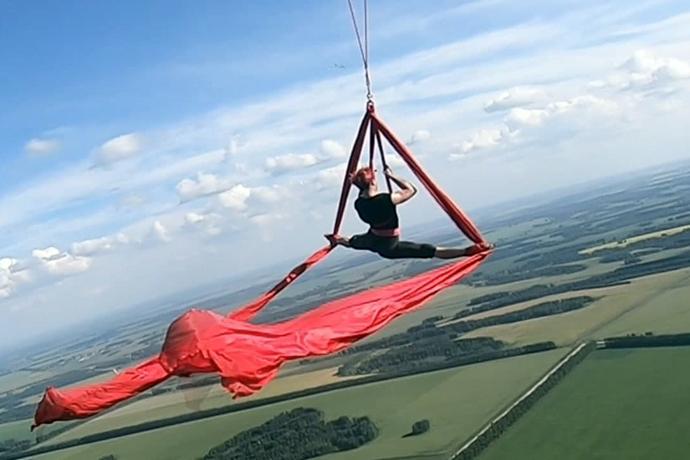 Воздушная гимнастка пролетела на высоте 800 метров под Новосибирском