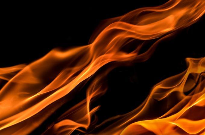 Спасли 16 человек из задымленного подъезда пожарные в Новосибирске