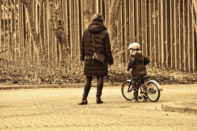 В Приморье мужчина ногой сбил ребёнка с велосипеда и ударил женщину