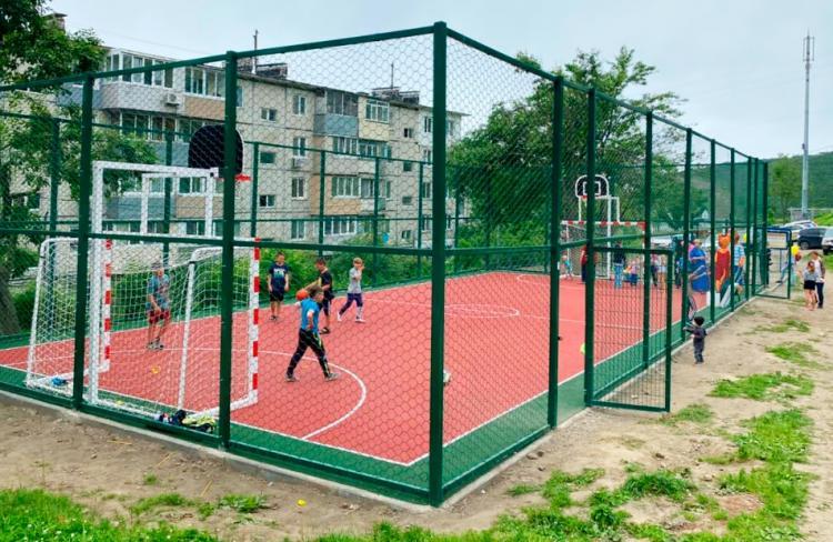 На улице Беляева ввели в строй новую спортплощадку