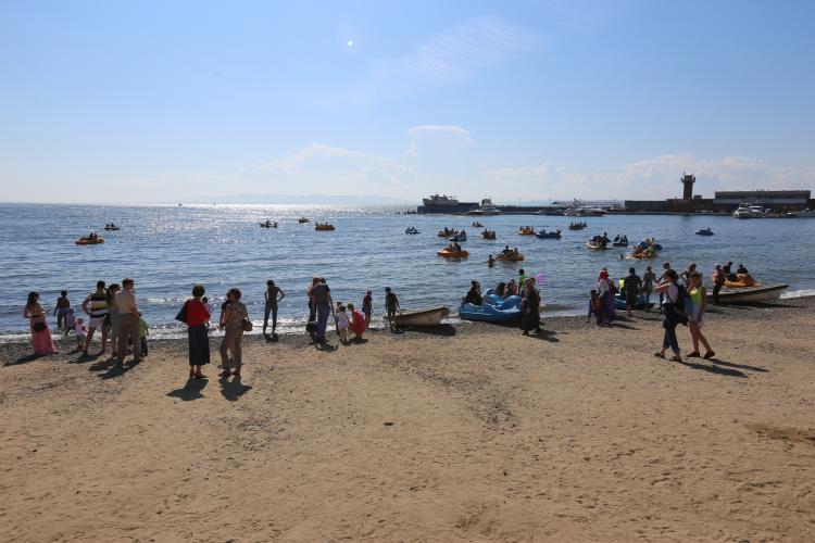 Урну с прахом женщины вынесло на берег Владивостока