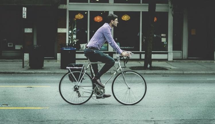 «Отчаянный велосипедист» врезался в автомобиль на переходе в Приморье