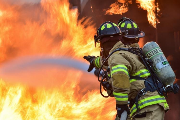 Пожар площадью 1 тыс. кв. метров тушат во Владивостоке