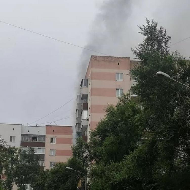 В центре Владивостока горит квартира в многоэтажном доме
