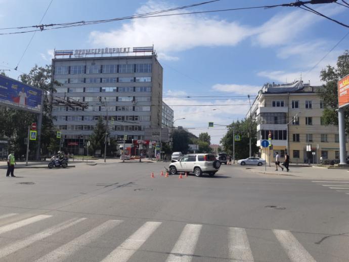 Два кроссовера не поделили Красный проспект в Новосибирске – приехала детская реанимация