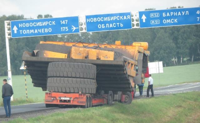 Тралы с многотонными БЕЛАЗами задержаны на трассе в Новосибирской области