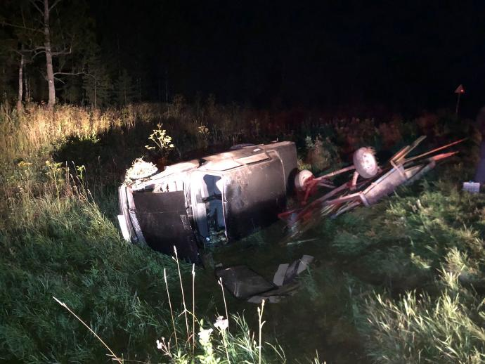 Жигули столкнулись с двумя авто и деревом под Новосибирском – четверо в больнице