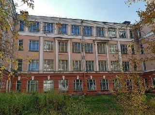 Школу без крыши и стены готовят к сносу в Новосибирске
