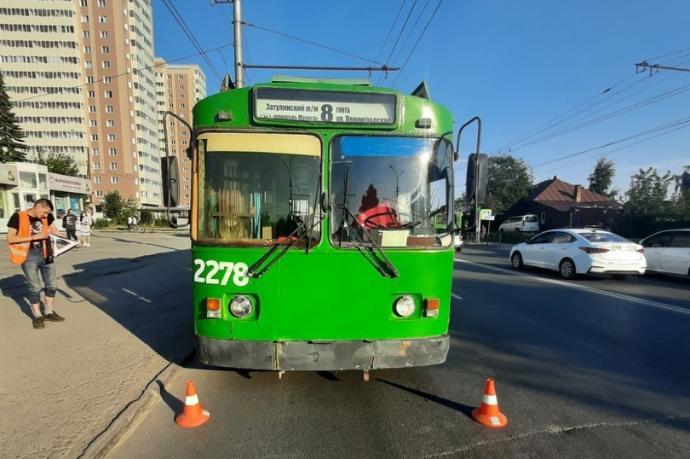 Колесами по 5-летнему ребенку прокатился водитель троллейбуса №8 в Новосибирске