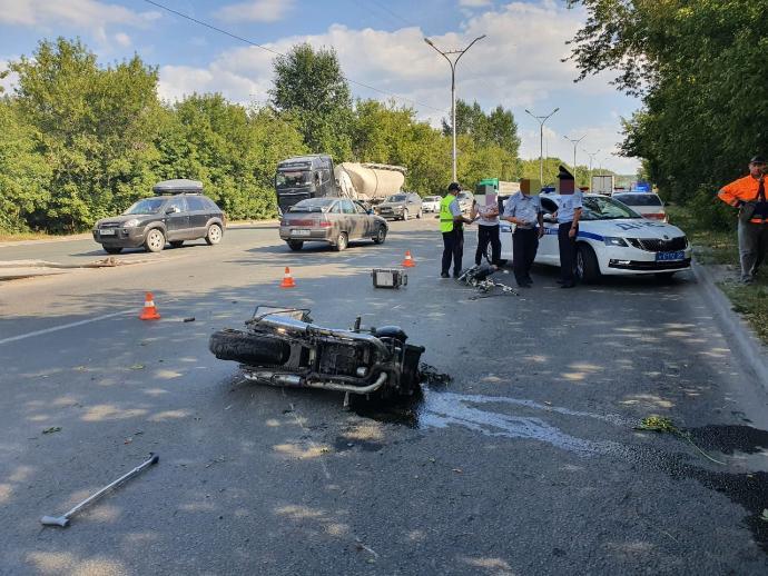 Мотоциклист  на Бердском шоссе получил смертельные травмы после столкновения с Audi и деревом