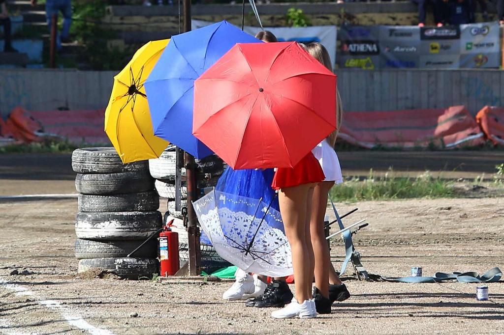 Рев моторов, камни, пыль и длинноногие девушки: в Новосибирск вернулся спидвей