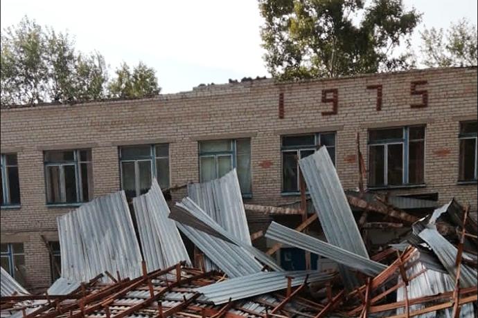 Ураганный ветер разрушил кровлю школы в Кочковском районе