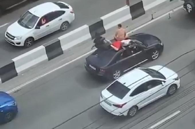 В Новосибирске ищут Subaru Legacy с двумя парнями на крыше