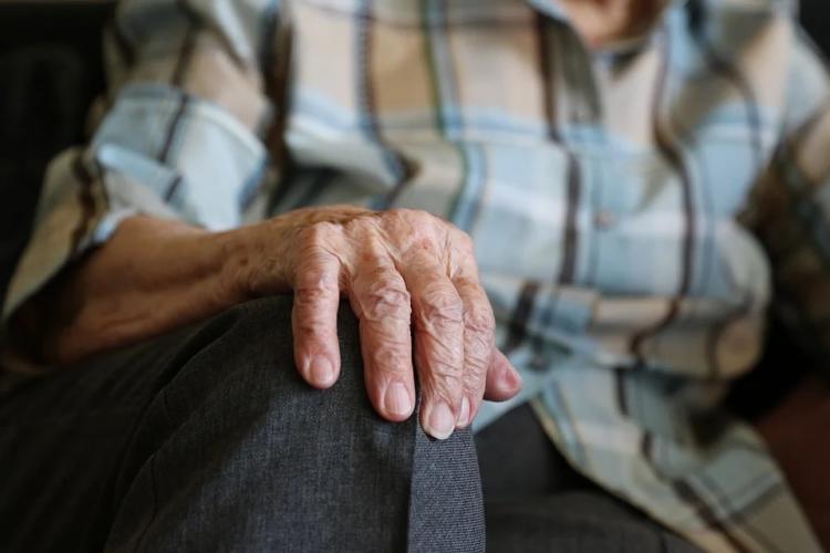Пенсионер-инвалид живет без света в аварийном доме с сентября 2020 года